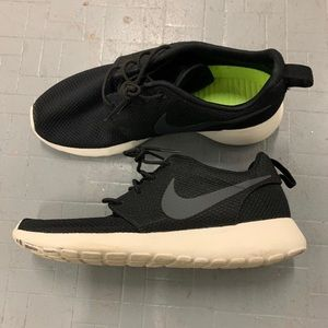 Nike Men's Black Roshe One (men's size 8.5)